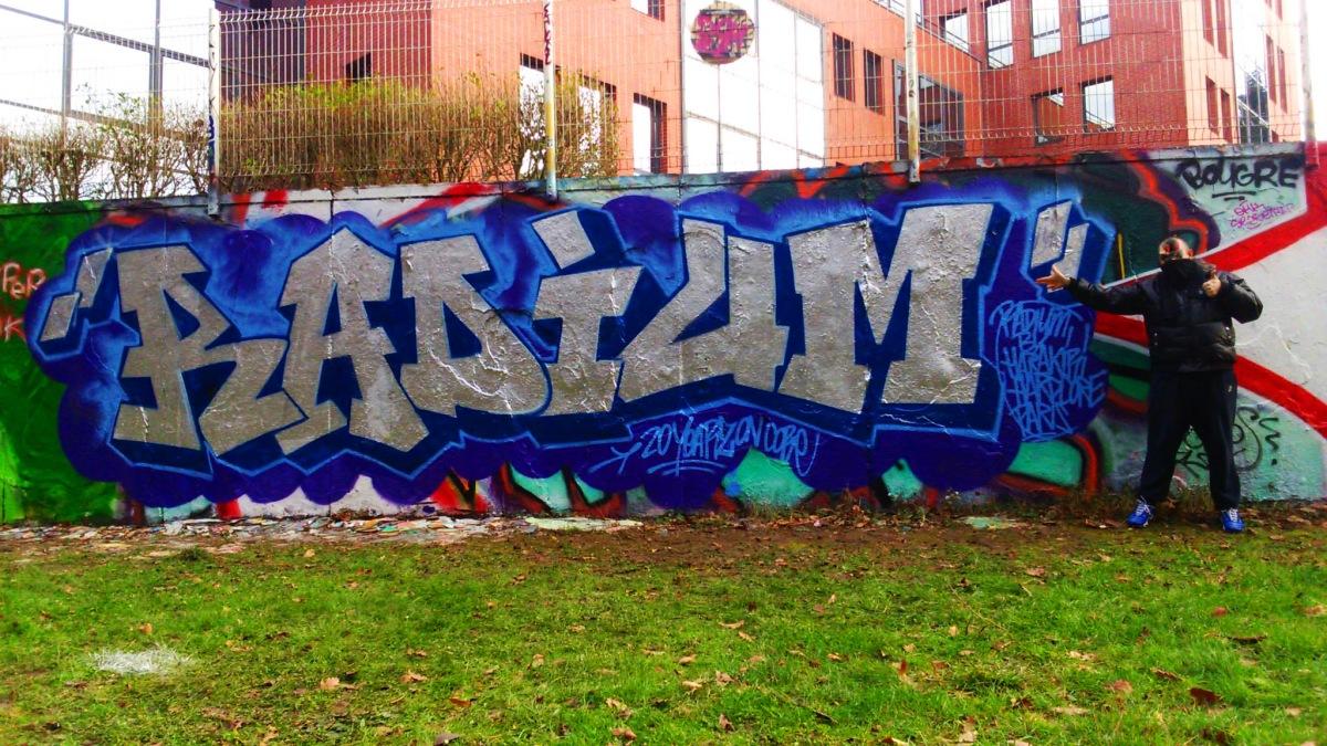 STREET ART - Il peint sur les murs le nom des dj's et labels techno-hardcore